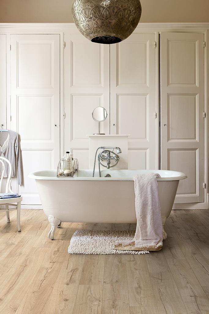 Ciepły wygląd  drewna wprost z salonu do łazienki i kuchni