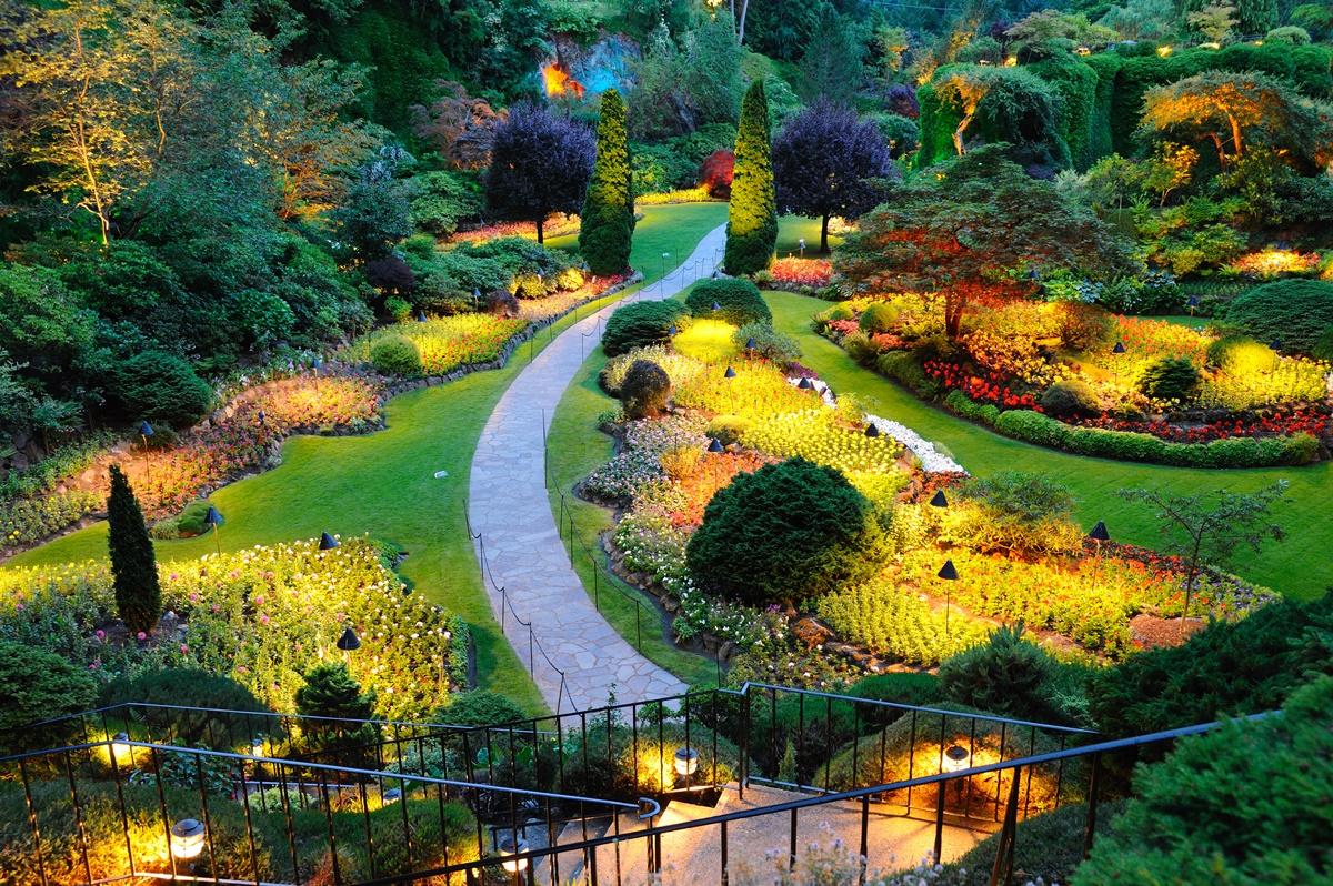 Spacer po zaczarowanym ogrodzie, czyli kilka słów o oświetleniu strefy wokół domu