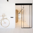 Drzwi Raumplus S1200 w minimalistyczny apartamencie w Krakowie