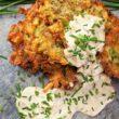 Placki ziemniaczane z ziołami prowansalskimi i sosem serowo – cebulowym