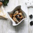 Przepis na aromatyczne śledzie ze śliwką, żurawiną i orzechami włoskimi
