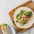 Tortilla z białą quinoą, gaucamole i pikantną salsą