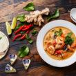 Zupa tajska z serkiem kremowym i mlekiem kokosowym
